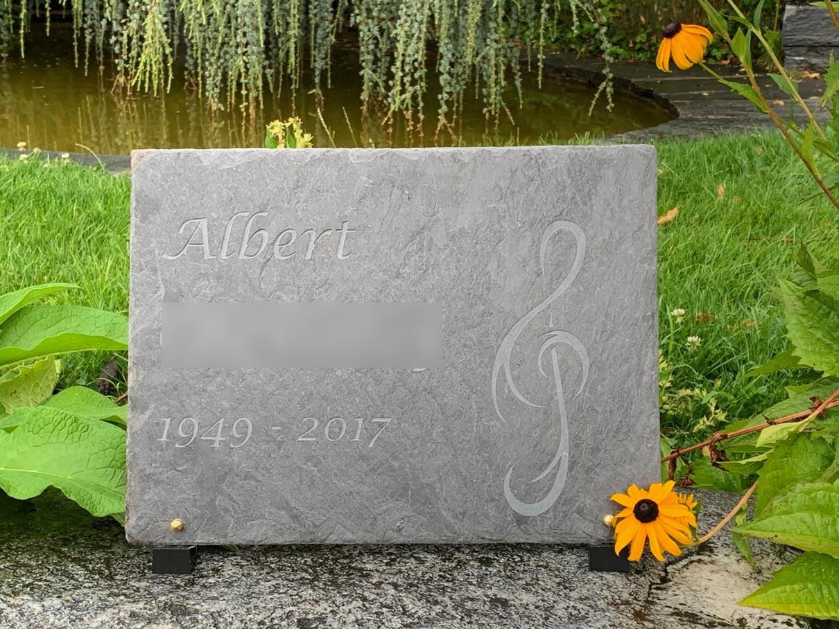 pierre tombale en ardoise originale et personnalisée avec musique