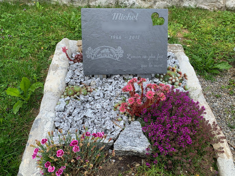 pierre tombale en ardoise sur tombe vegetal et mineral