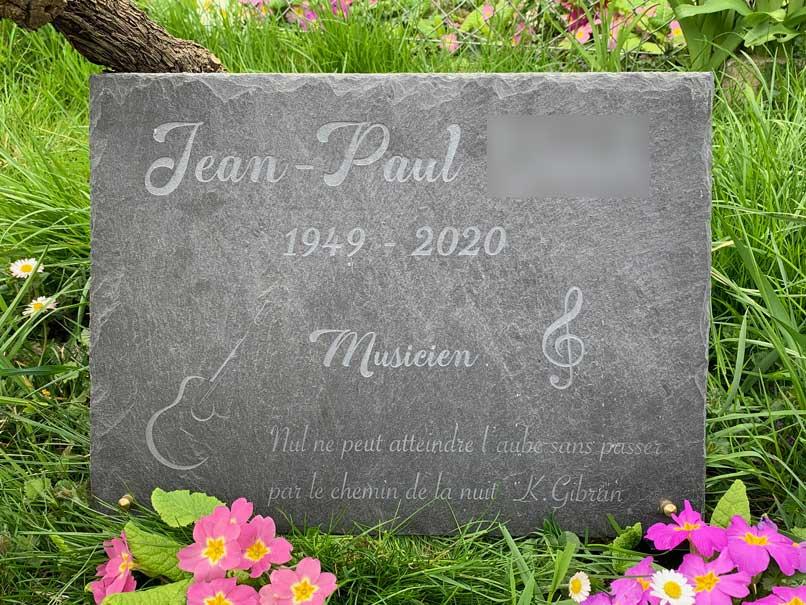 pierre tombale en ardoise avec guitare