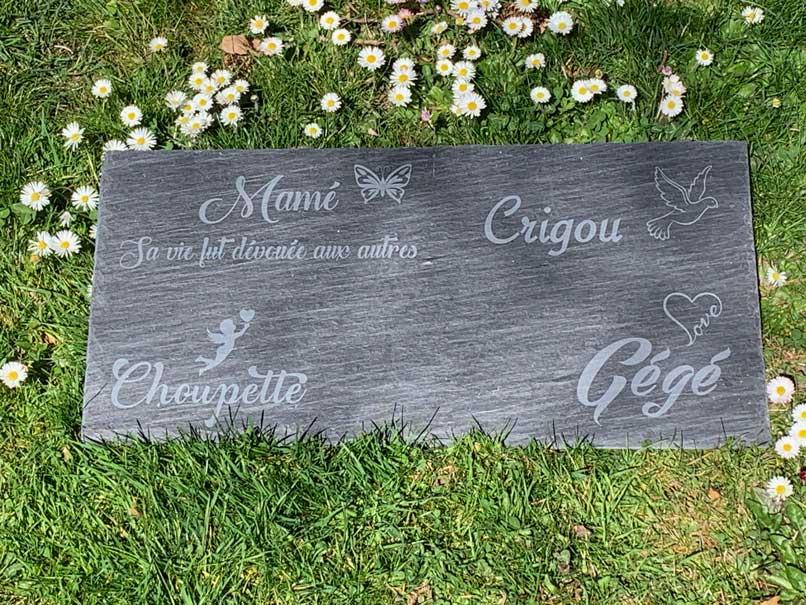 pierre tombale en ardoise avec plusieurs noms
