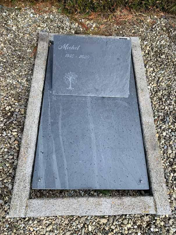 pierre tombale en ardoise avec socle et épitaphe